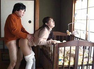 【美咲結衣】ベビーベットで赤ちゃんを寝かしつけながら旦那以外のサオでイッテしまう育児妻