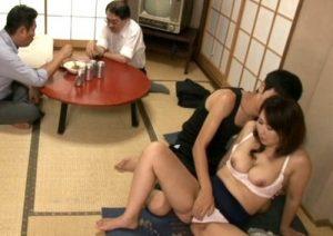 【伊織涼子】「勉強終わったから中出しさせてよっ!」来客中でもお構いなしに息子ち●ぽを慰めるムチエロ妻