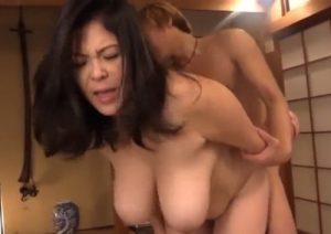 【八木あずさ】「嗚呼、よして!!」浴衣の女房の母親を寝取る!豊満な熟ま○こが最高ーーーにニュル気持ちいいっ