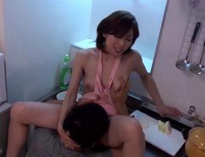 【白木優子】「だめぇ、そんなに激しくしないでーーー!」裸エプロンで青年と浮気キッチンSEXする美熟女妻