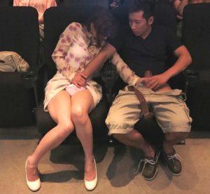 【瞳リョウ】「痴漢!お願いっ、ヤメて!」映画が流れる最後尾の座席でおま●こブチ拔かれる美人妻…