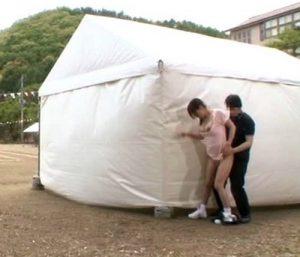 【学校運動会で野外ハメ】応援してる美人ママが、隣の勃起チ●ポに発情!思わず握って、テント裏で即ハメ!