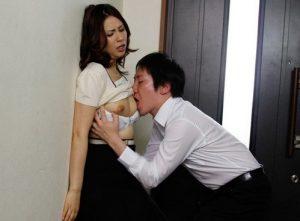 【家庭内NTR】「駄目!バレちゃうから…」夫が出かけて5秒で息子チ●ポを咥え、玄関ファック!