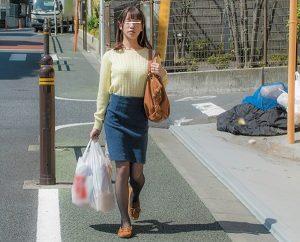 若妻を人気のないゴミ捨て場で、デカチンぶっ刺し浮かし突き上げハードピストン!